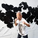 Ушио Шинохара 87 лет и он рисует боксерскими перчатками.